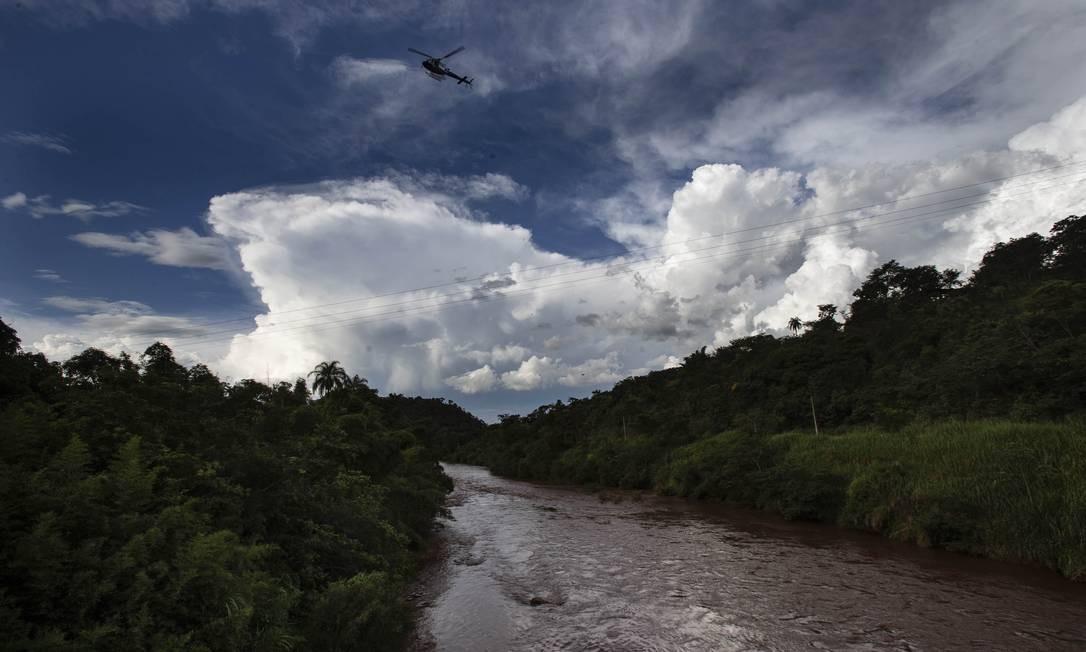 Rejeito de minério liberado pela barragem da Vale devastou o Rio Paraopeba; água permanece suja após um mês Foto: Alexandre Cassiano / Agência O Globo