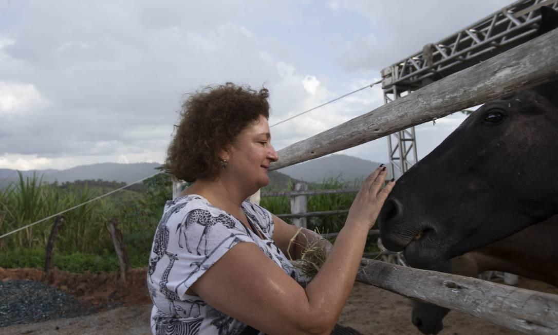 A voluntária Luciana Pordeus segue em Brumadinho há um mês; ela ajuda a cuidar dos animais resgatados Foto: Alexandre Cassiano / Agência O Globo