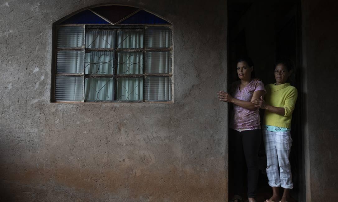 Há quem ainda não tenha conseguido dizer adeus: acompanhada da mãe, Solange Maria de Souza (à esquerda) espera notícias da irmã que está na lista de desaparecidos Foto: Alexandre Cassiano / Agência O Globo