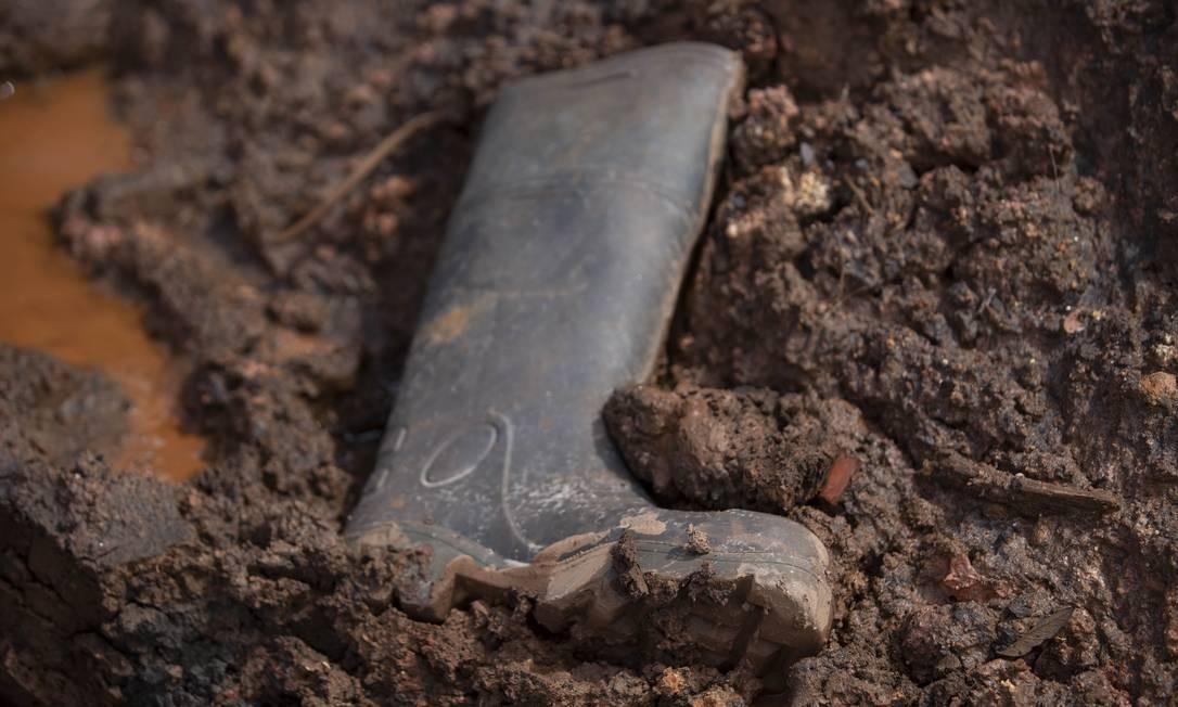 Objetos perdidos não são incomuns nos destroços de Brumadinho; a lama tirou muita coisa do lugar Foto: Alexandre Cassiano / Agência O Globo