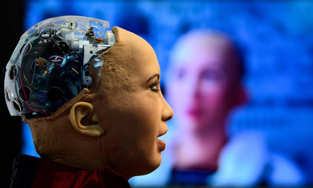 Sophia, o famoso robô da Hanson Robotics, é uma das atrações da MWC. Capaz de reproduzir 62 expressões faciais e projetado para aprender e adaptar-se ao comportamento, Sophia tornou-se, em 2017, o primeiro robô a receber a cidadania de um país Foto: GABRIEL BOUYS / AFP