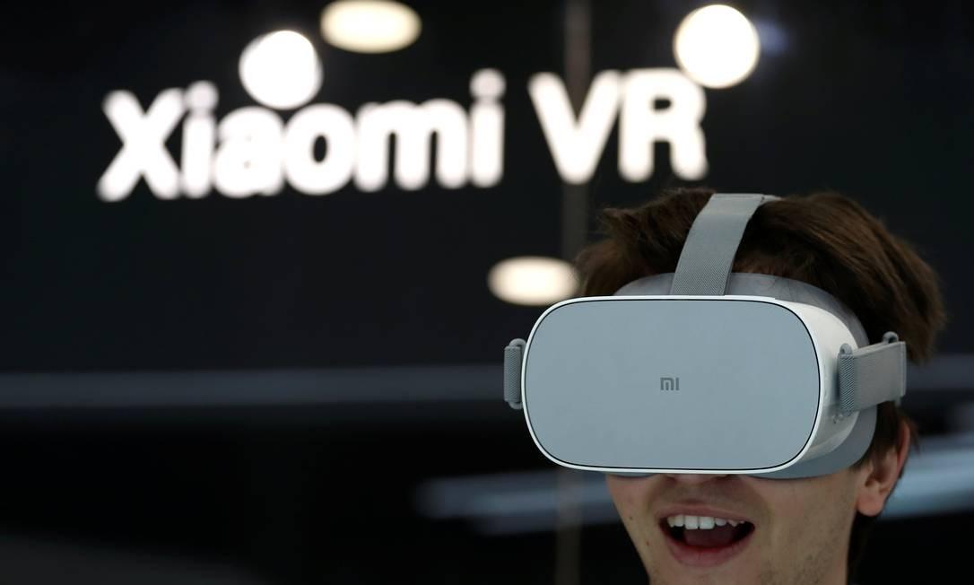 Visitante testa um dispositivo de realidade virtual da Xiaomi VR em um estande da fabricante Foto: SERGIO PEREZ / REUTERS