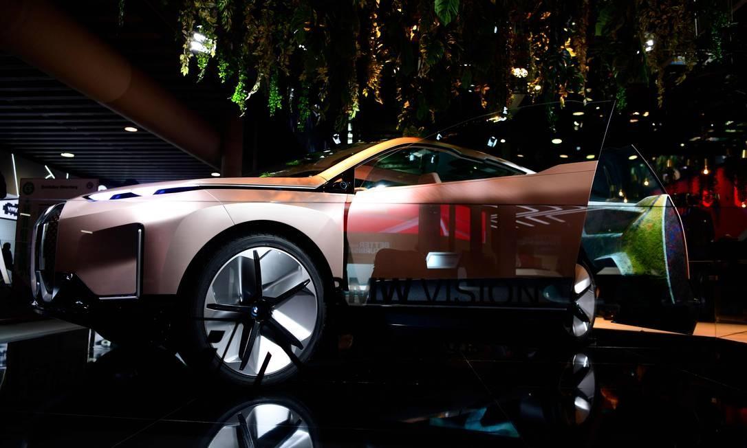 Um BMW Vision iNEXT é será exibido no MWC. Carro reúne sistemas de sistemas de conectividade, direção autônoma e eletrificação da marca Foto: GABRIEL BOUYS / AFP