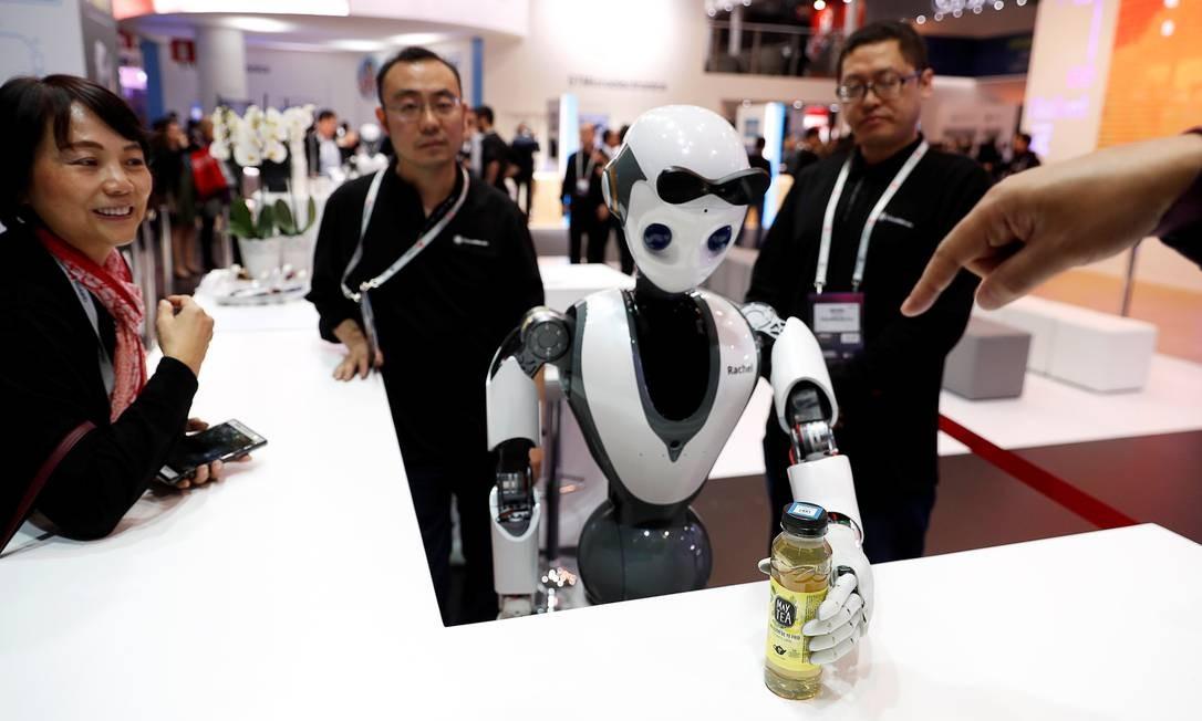 O robô CloudMinds XR-1 se apresenta para os visitantes do MWC Foto: RAFAEL MARCHANTE / REUTERS