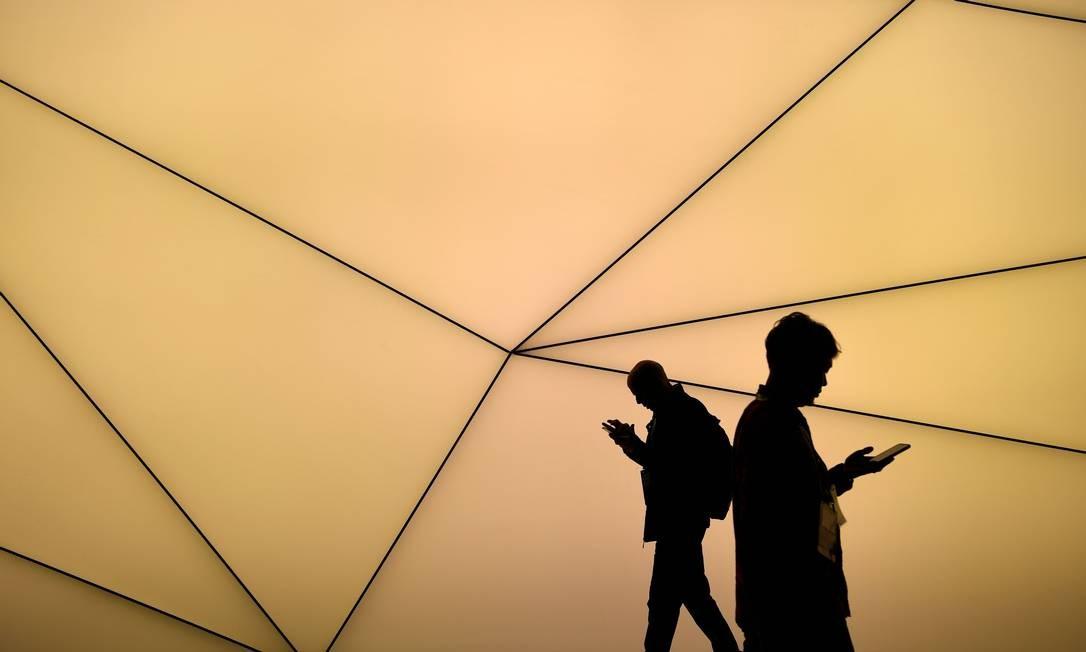 Visitantes da MWC conferem as novidades tecnológicas da feira Foto: GABRIEL BOUYS / AFP