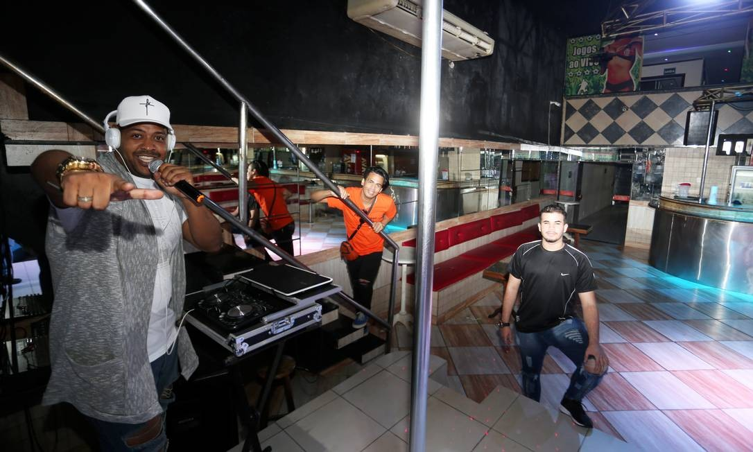 Nova boate LGBTQI+ na Penha - Leandro Gama (boné) , Fernando Santos e Lucas Ferreira (de preto) Foto: Guilherme Pinto / Agência O Globo