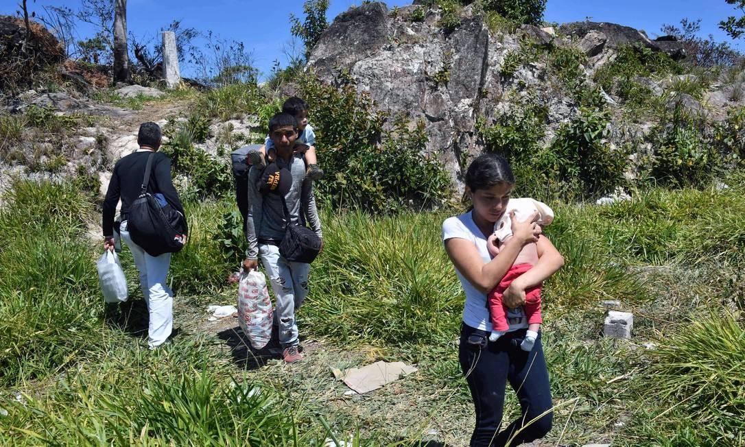 Policial venezuelano Cesar Marcano chega com a mulher, Adriana Ballera, e os filhos para pedir refúgio no Brasil Foto: NELSON ALMEIDA 25-02-2019 / AFP