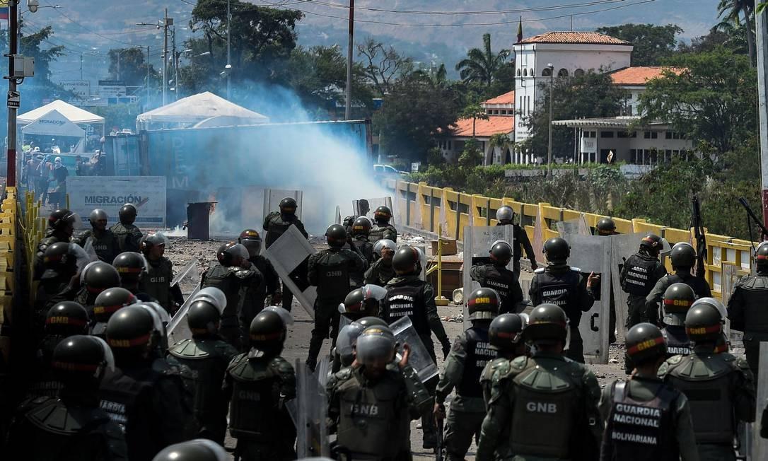 Integrantes das forças de segurança da Venezuela entram em confronto com manifestantes na ponte internacional Simon Bolivar, na fronteira com a Colômbia próxima à cidade venezuelana de San Antonio del Táchira: condições dentro do país permanecem muito desfavoráveis a Maduro Foto: AFP/FEDERICO PARRA