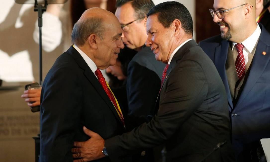 Mourão cumprimenta o vice-chanceler peruano Hugo de Zela na reunião do Grupo de Lima Foto: LUISA GONZALEZ / REUTERS