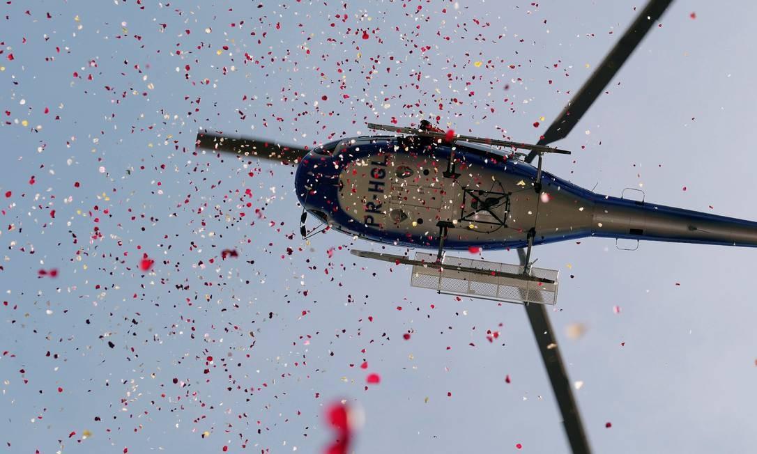 Helicóptero lança flores em homenagem às vítimas de Brumadinho, um mês após a tragédia Foto: WASHINGTON ALVES / REUTERS