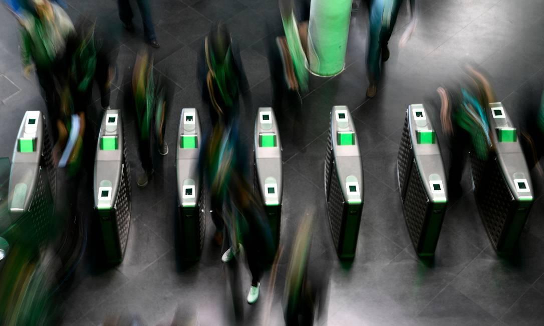 Visitantes chegam para participar do primeiro dia do Mobile World Congress (MWC), em Barcelona. Feira tecnológica reúne principais fabricantes de celulares do mundo Foto: GABRIEL BOUYS / AFP