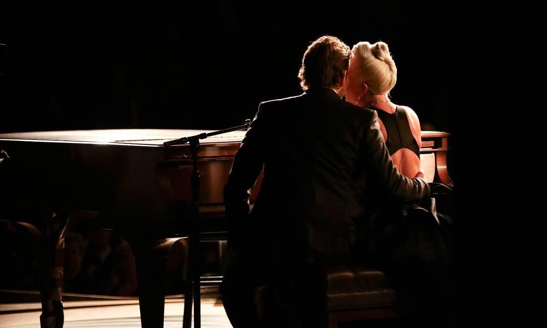 O ator Bradley Cooper e a cantora Lady Gaga em momento marcante de apresentação na noite de premiação do Oscar Foto: MATT SAYLES / AFP