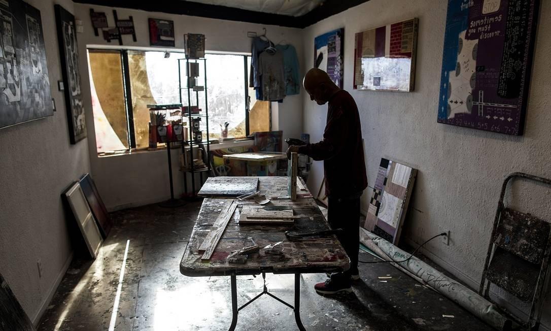 Alex Huerta, um artista local, trabalha em seu estúdio no Arts Factory, em Las Vegas Foto: Joe Buglewicz / The New York Times