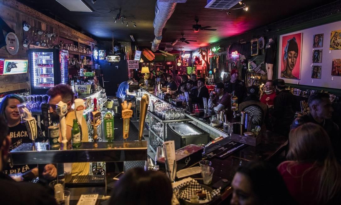 Um dos símbolos do Arts District de Las Vegas, o ReBar é ao mesmo tempo um bar e um brechó Foto: Joe Buglewicz / The New York Times