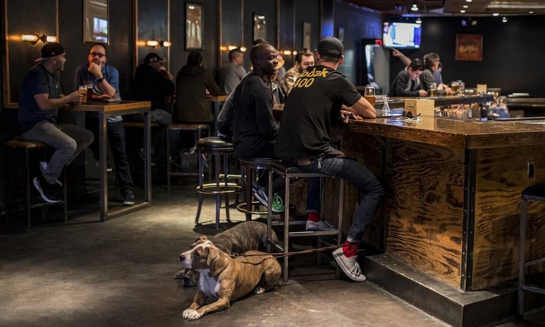 Nenhuma cena está completa sem uma cervejaria artesanal. A do Arts District é a Hop Nuts Foto: Joe Buglewicz / The New York Times