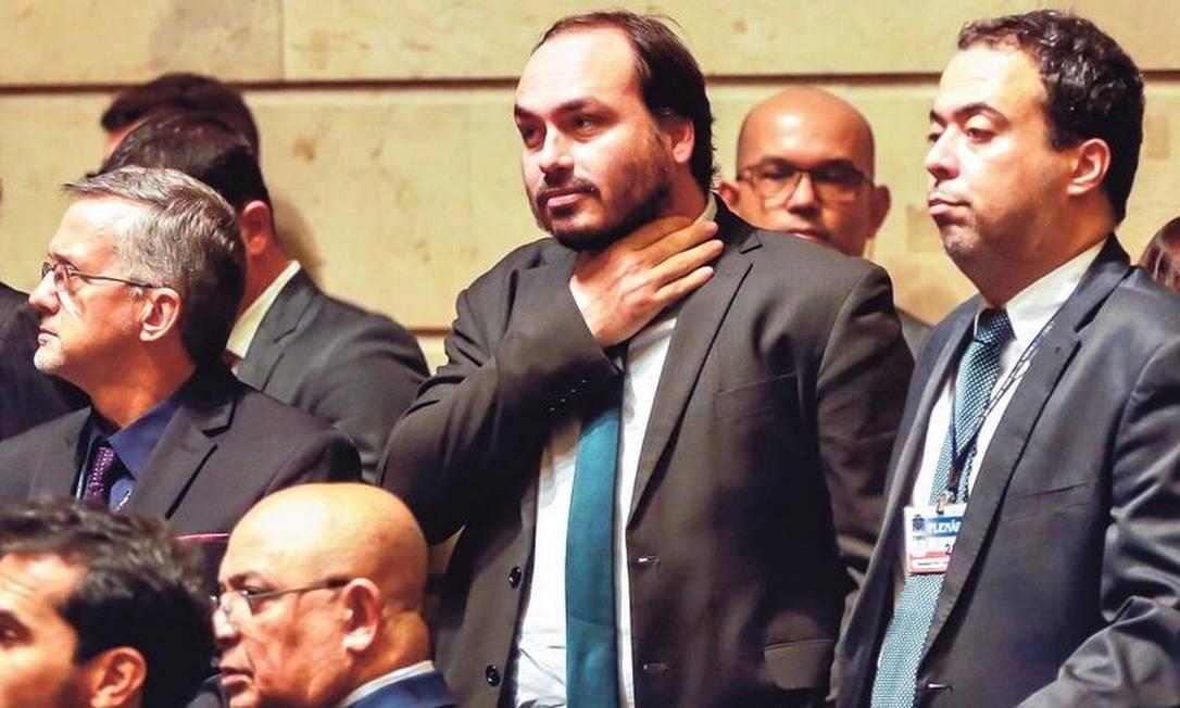 Carlos Bolsonaro (PSC) numa sessão na Câmara de Vereadores do Rio: pivô de crise no governo do pai Foto: Marcelo Régua / Agência O GLOBO