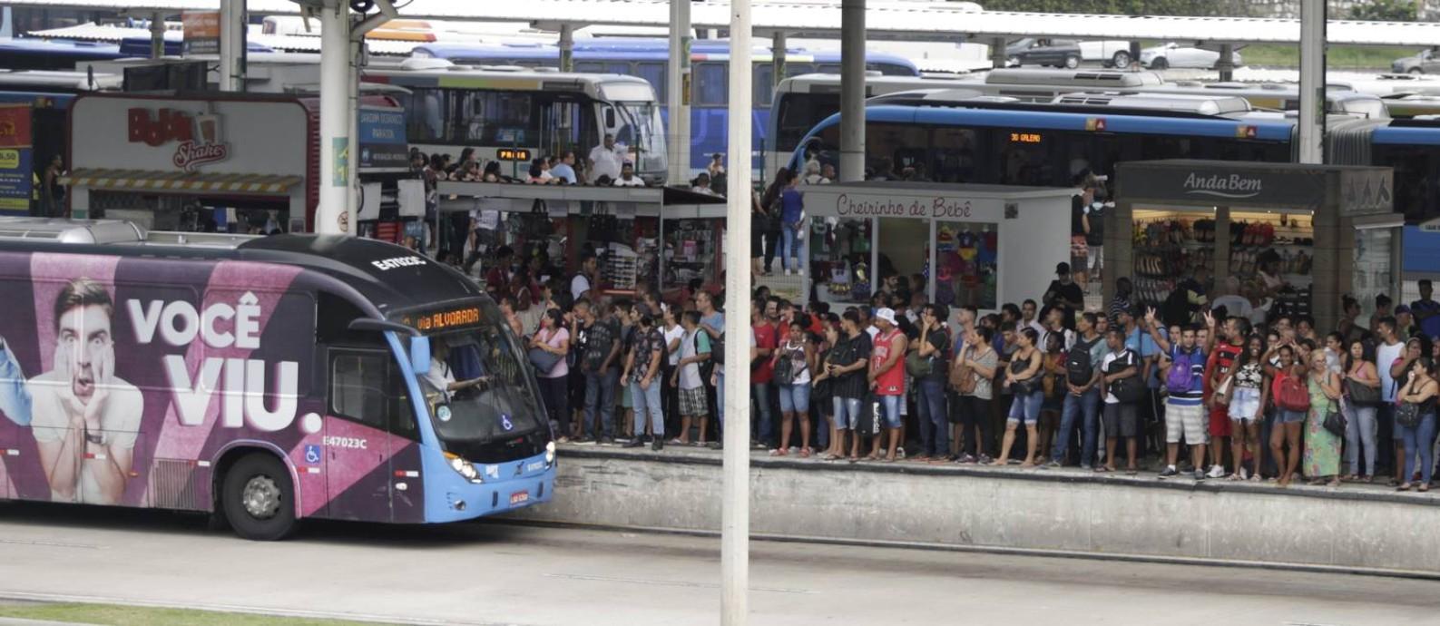 Passageiros aguardam ônibus em estação superlotada Foto: Antonio Scorza / Agência O Globo