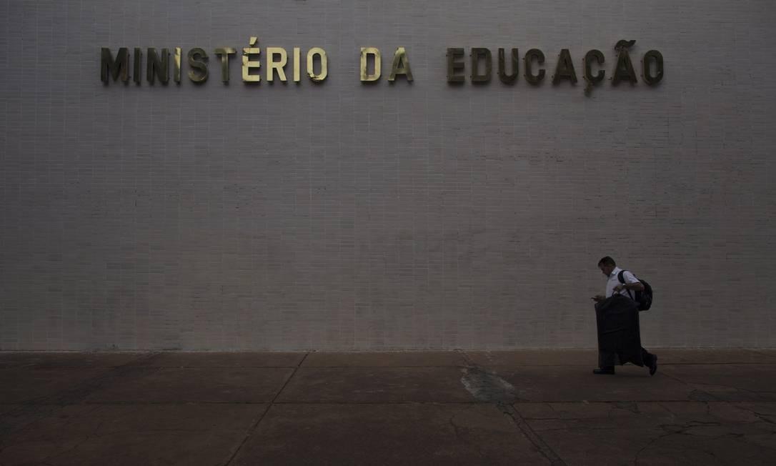 Ministério da Educação mandou carta com orientações às escolas em que slogan de campanha é repetido Foto: Daniel Marenco / Agência O Globo