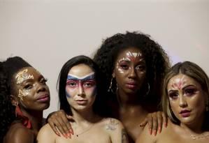 Modelos posam após serem maquiadas por Lorelay Fox Foto: Marcelo Theobald / Agência O Globo