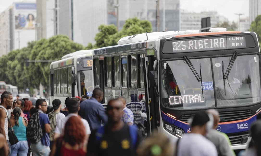 Ônibus terão placas alertando sobre assentos preferenciais Foto: Gabriel Monteiro / Agência O Globo