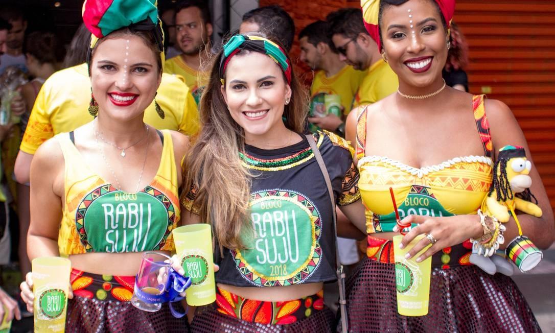 Foliões do bloco RabuSuju posam com copos reutilizáveis que levaram para as ruas da capital paulista Foto: Andre Costa / Divulgação/Bloco RabuSuju