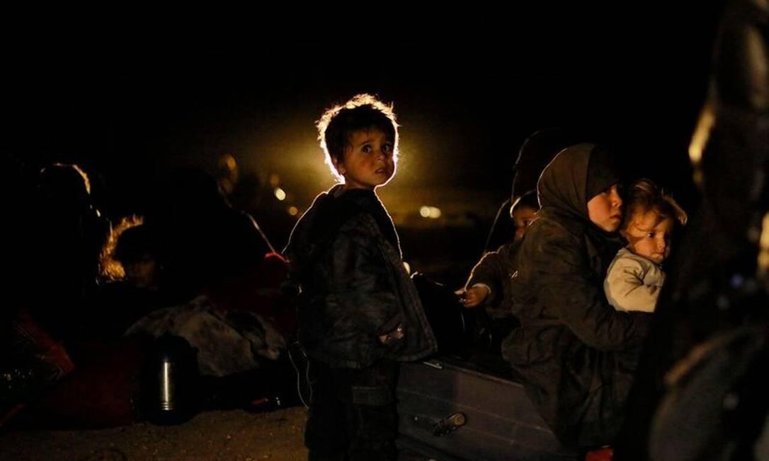 Militares sírios que são apoiados pelos EUA evacuaram mulheres e crianças do último reduto, na Síria, do grupo Estado Islâmico Foto: DELIL SOULEIMAN / AFP