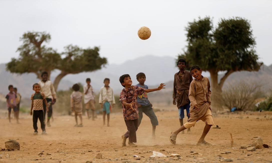 Mesmo com todas as dificuldades, meninos encontram tempo para se divertir, jogando futebol em um acampamento improvisado na província de Hajja, no noroeste do Iêmen Foto: KHALED ABDULLAH / REUTERS