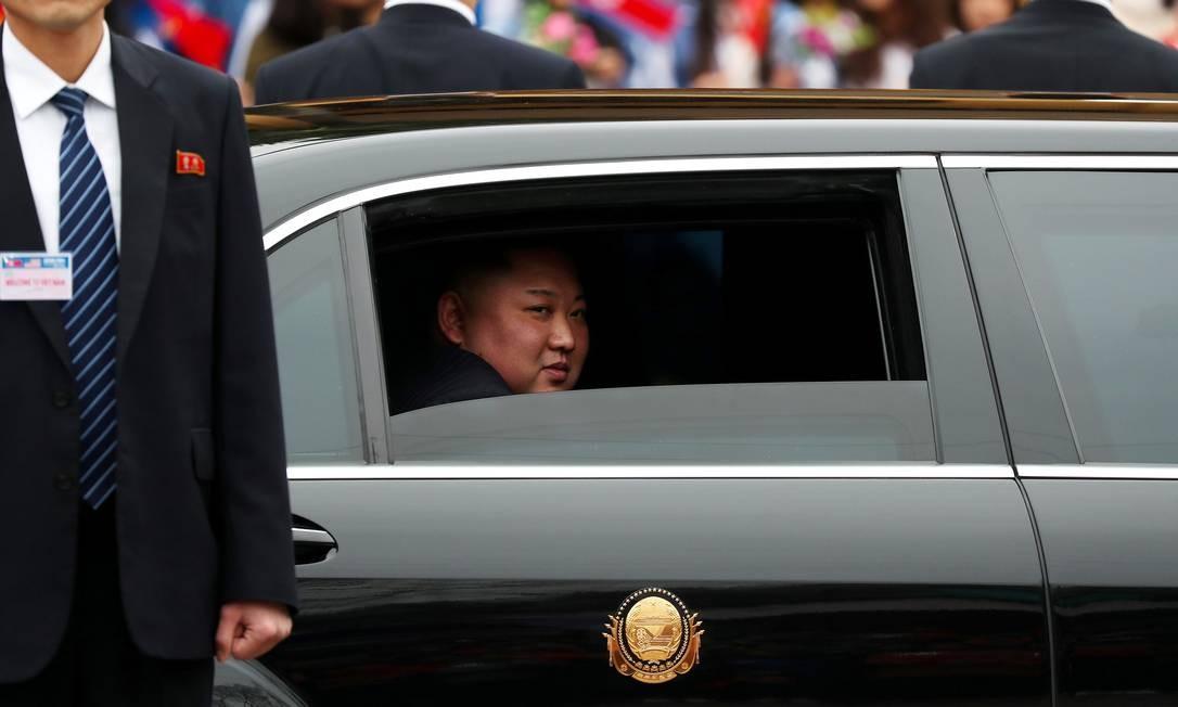 O líder da Coréia do Norte, Kim Jong Un, deixa a estação de trem Dong Dang, no Vietnã, para o encontro com o presidente americano, Donald Trump Foto: ATHIT PERAWONGMETHA / REUTERS
