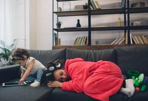 Pesquisa da Universidade de Warwick mostrou que qualidade e duração do sono dos pais é prejudicada por até seis anos após o nascimento dos filhos Foto: Shutterstock