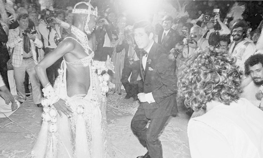 O príncipe Charles dança com a passista Pinah, símbolo da Beija-Flor, durante apresentação da escola no Palácio da Cidade, em 1978 Foto: Agência O Globo