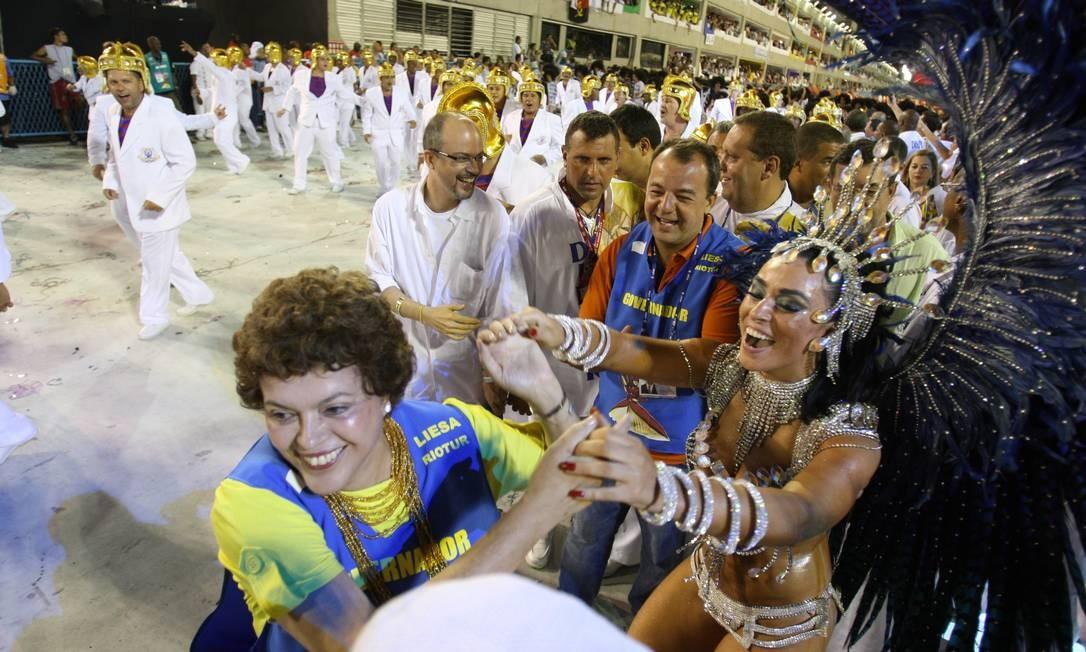 Sérgio Cabral e Dilma Roussef durante desfile da União da Ilha, em 2010 Foto: Alexandre Cassiano / Agência O Globo
