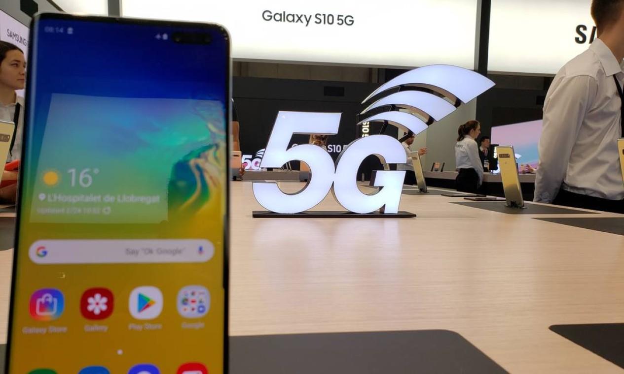 A Samsung apresentou ao público o S10, lançado dias antes do MWC. O aparelho conta com tela de 6,7 polegadas e espessura de 7,9 milímetros, um dos mais finos do mercado Foto: Bruno Rosa / Agência O Globo
