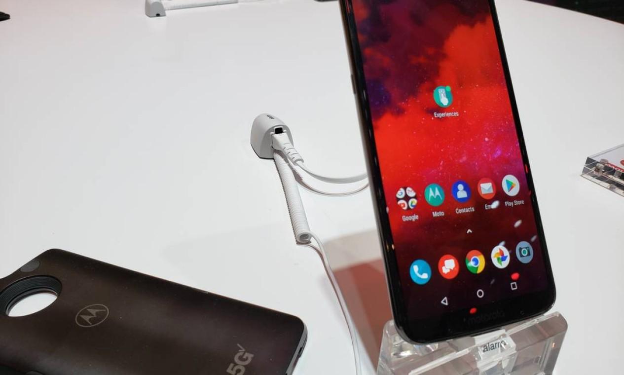 A Motorola apresentou seu celular 5G que conta com uma nova versão de carregador que completa a bateria em menos de uma hora Foto: Bruno Rosa / Agência O Globo