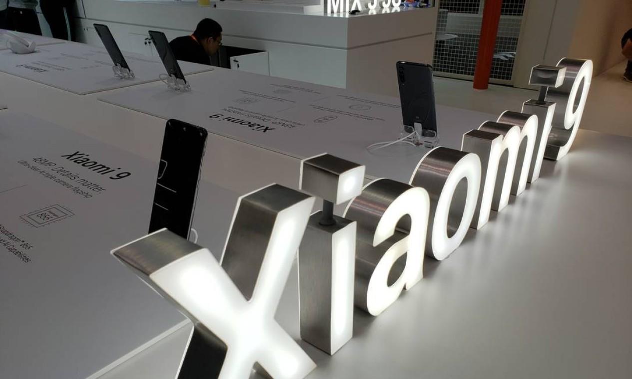 A Xiaomi apresentou o Mi Mix 3, que também é 5G. O leitor de digitais fica na parte traseira do aparelho. A câmera na parte frontal está embutida na tela e só aparece quando solicitada. Foto: Bruno Rosa / Agência O Globo
