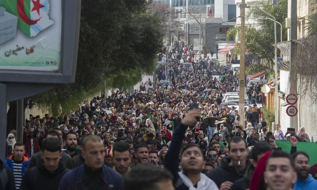 Estudantes argelinos tomam as ruas da capital Argel nesta terça-feira em protesto contra a decisão do presidente Abdelaziz Bouteflika, há 20 anos no poder, de concorrer a um quinto mandato Foto: STRINGER / AFP