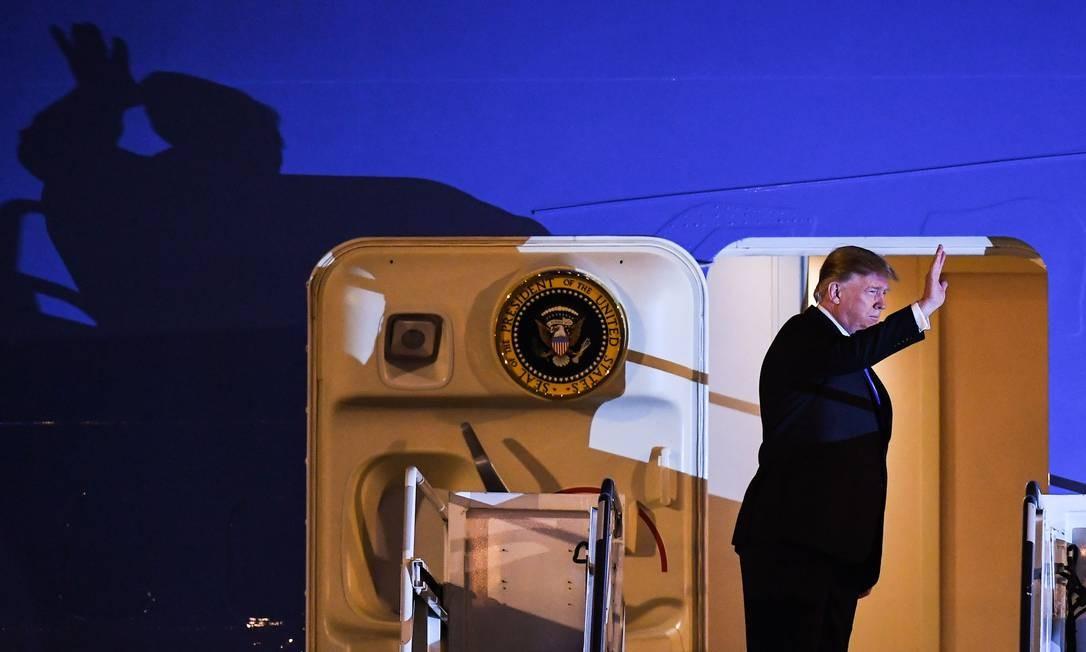 O presidente dos EUA, Donald Trump, acena ao desembarcar do Air Force One no Aeroporto Internacional Noi Bai, em Hanói, no Vietnã, para sua segunda reunião com o líder norte-coreano, Kim Jong-un Foto: MANAN VATSYAYANA / AFP