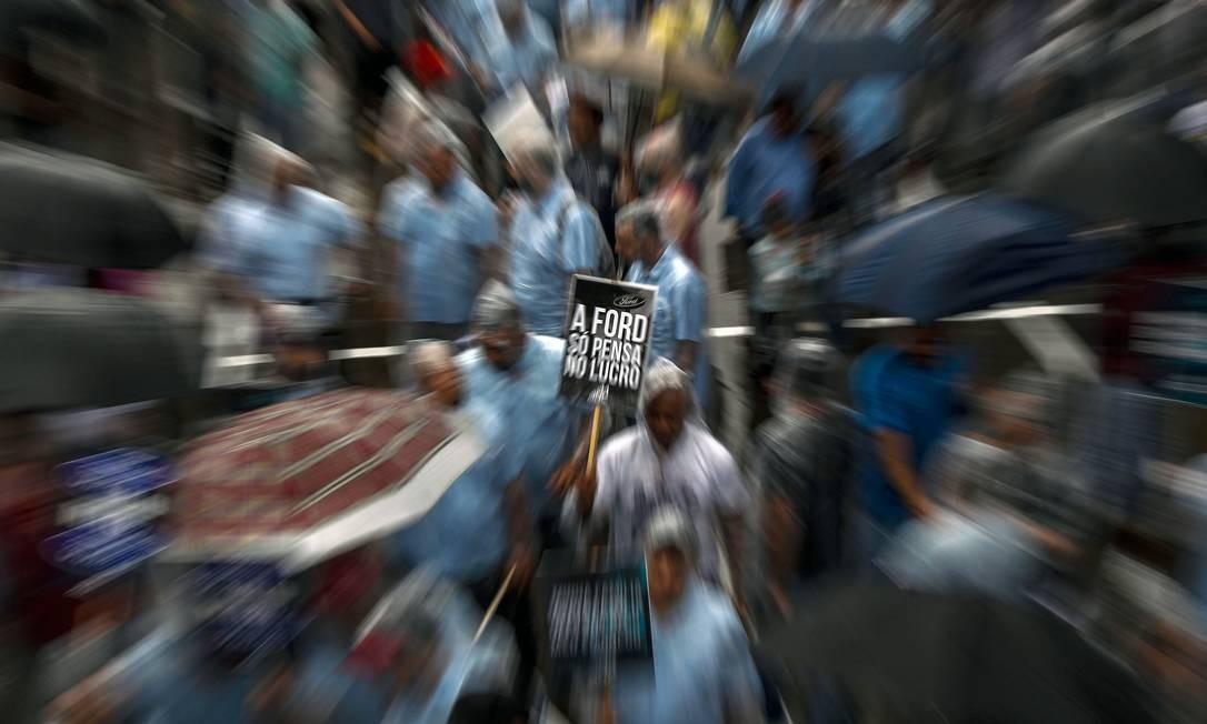 Trabalhadores da montadora norte-americana Ford protestam contra o anúncio de fechamento da fábrica em São Bernardo do Campo, São Paulo Foto: MIGUEL SCHINCARIOL / AFP