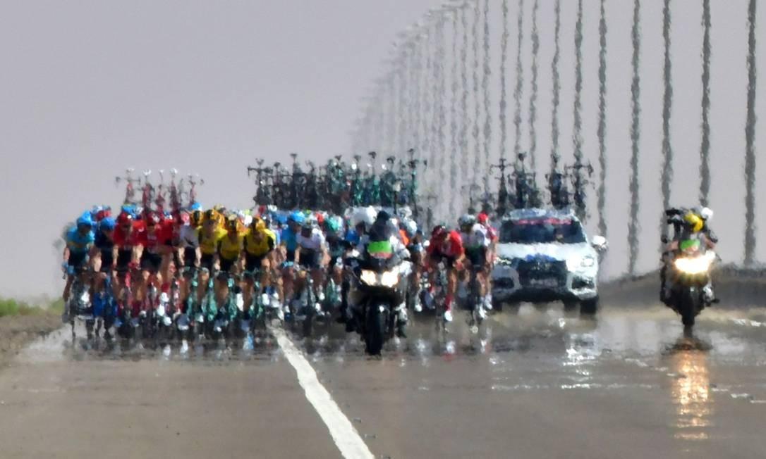Ciclistas, durante a terceira etapa da turnê de ciclismo dos Emirados Árabes Unidos, em Al Ain Foto: GIUSEPPE CACACE / AFP