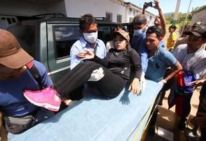 Mulher ferida é levada para o hospital local após confrontos com as forças de segurança da Venezuela em Santa Elena de Uairén Foto: STRINGER / REUTERS