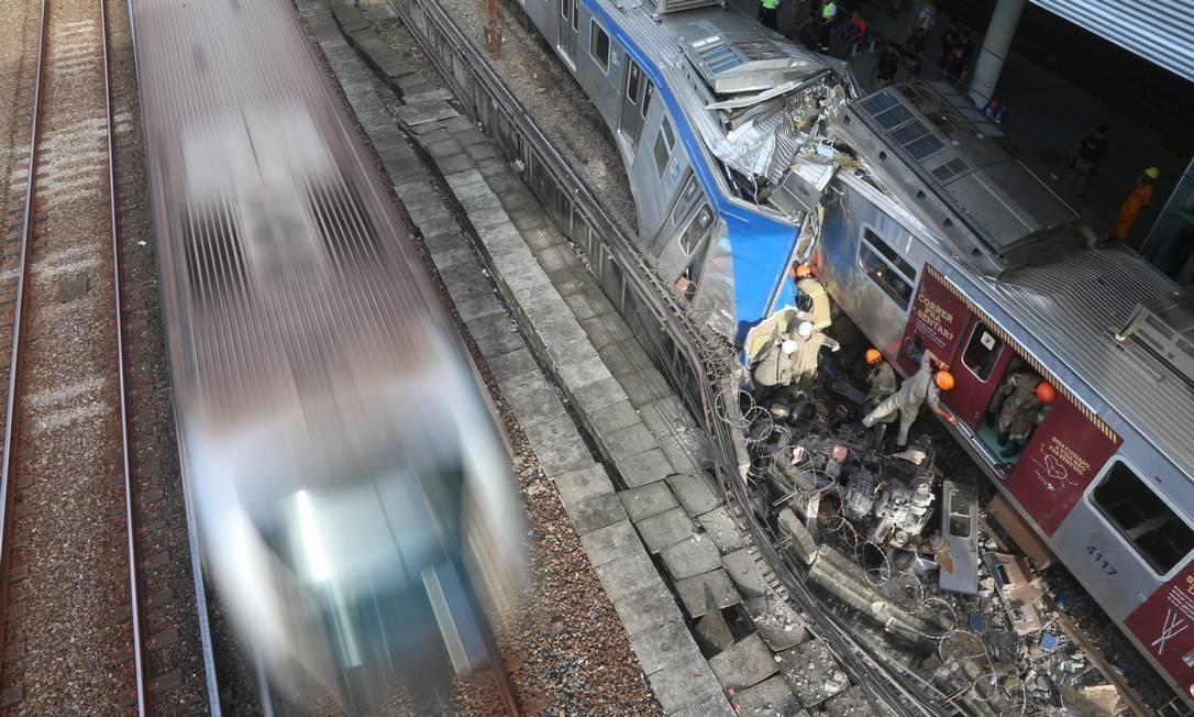 Uma colisão entre dois trens deixou feridos na estação de São Cristóvão, na manhã desta quarta-feira Foto: Fabiano Rocha / Agência O Globo