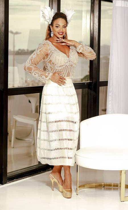 Blusa Raquel de Queiroz, saia Adriana Kavietz, adornos de cabelo Graciela Starling para Edu Santos, sapatos Fernando Pires e brincos Aulore Foto: Luiz Brown
