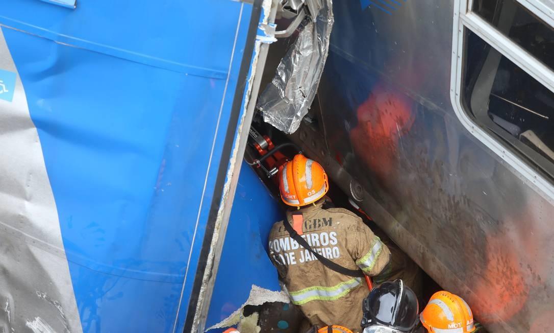 Bombeiro utiliza um equipamento para abrir espaço entre as ferragens Foto: Fabiano Rocha / Agência O Globo