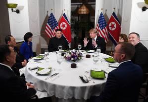 Depois de reunião de 20 minutos, frente a frente, Trump e Kim sentam para jantar com assessores em hotel de Hanói. Líderes têm desafio de avançar em negociações de paz Foto: SAUL LOEB 27-02-2019 / AFP