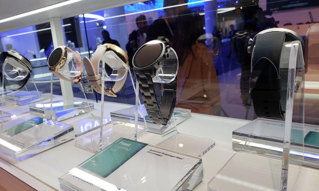 Vários modelos de 'relógios inteligentes' da Qualcomm apresentados em Barcelona: objetivo é trazer novas experiências personalizadas e permitir maior duração da bateria em parcerias com o Google Foto: Bruno Rosa