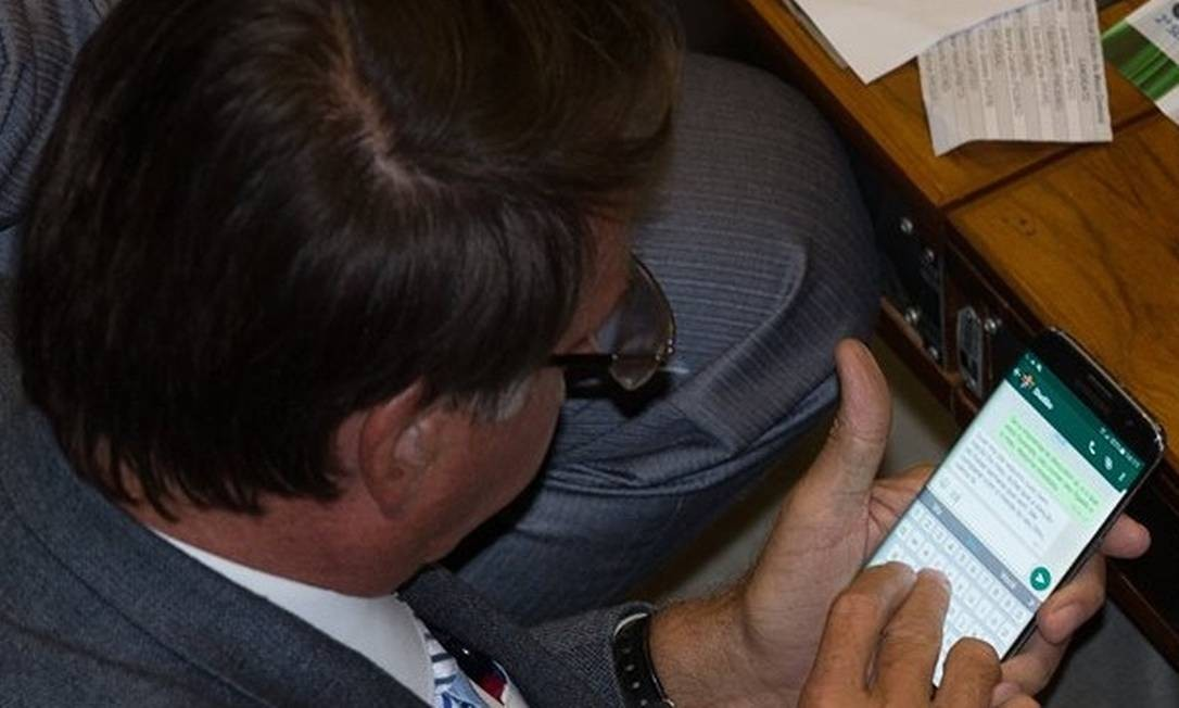 O presidente Jair Bolsonaro utilizando o Whatsapp enquanto ainda exercia o mandato de deputado federal Foto: Lula Marques