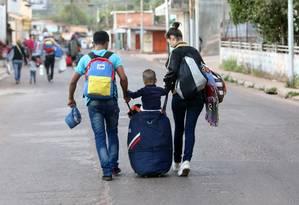 Venezuelanos caminham em direção à fronteira brasileira no município venezuelano de Santa Elena. 23/02/2019 Foto: William Urdaneta / REUTERS