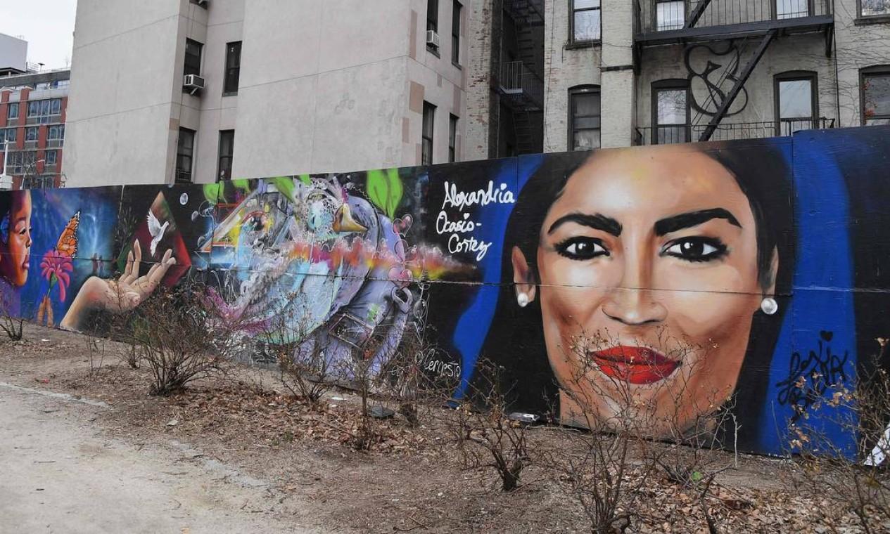 Um mural, pintado pela artista Lexi Bella, no Lower East Side, em Nova York, homenageia a deputada Alexandria Ocasio-Cortez. Foto: Angela Weiss / AFP