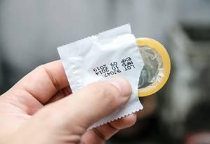 Uso da camisinha é uma forma adequada de se evitar doenças sexualmente transmissíveis Foto: Reprodução