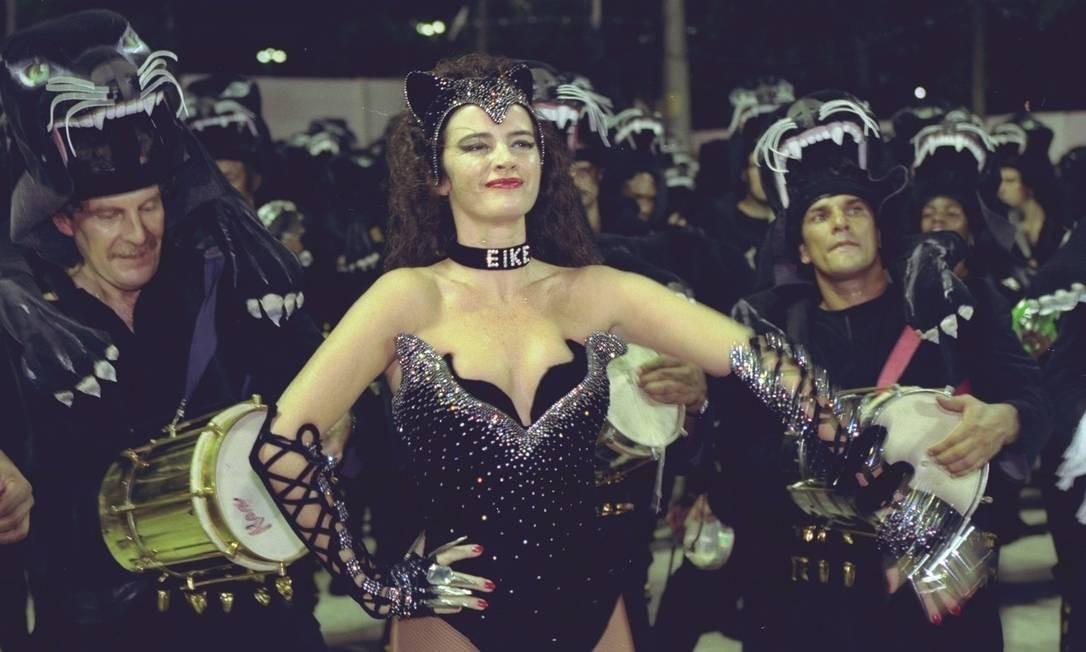 Luma de Oliveira no carnaval de 1998, como madrinha de bateria da Tradição. Luma causou polêmica desfilando com uma coleira com o nome do então marido, o empresário Eike Batista. Desfilou também pela Viradouro, Caprichosos de Pilares e Portela Foto: André Arruda / Agência O Globo