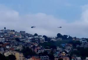 Helicópteros sobrevoam o Morro São Carlos, no Estácio Foto: Reprodução